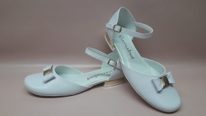 324 – Białe buty komunijne z kokardą